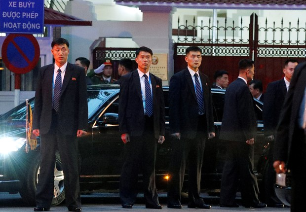 Homens servem de escudo humano para o líder note-coreano (Foto: Jorge Silva/REUTERS)