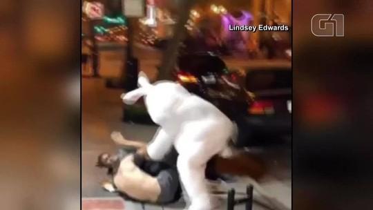 'Coelho da Páscoa' tenta separar briga e bate em agressor de mulher