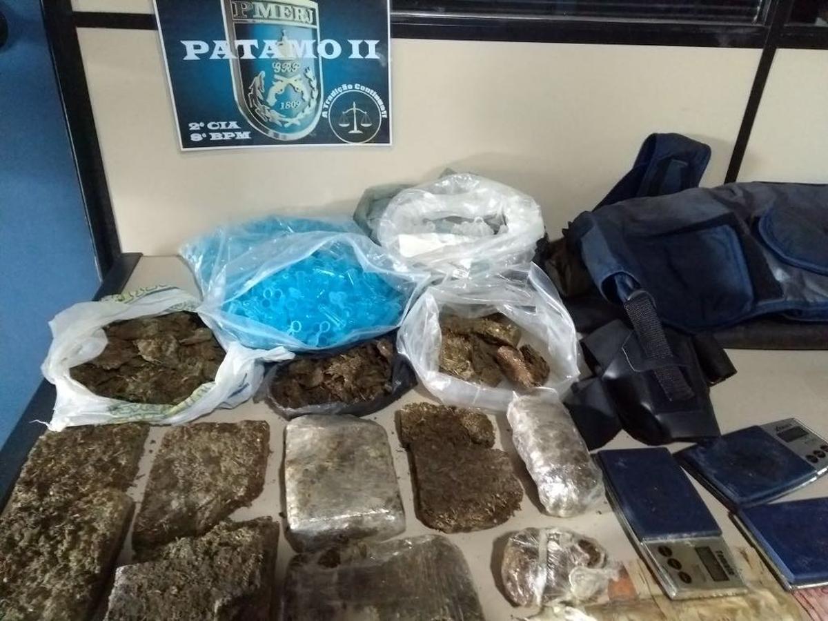 Jovem é preso após polícia encontrar mais de 2 kg de maconha em oficina em Campos, no RJ
