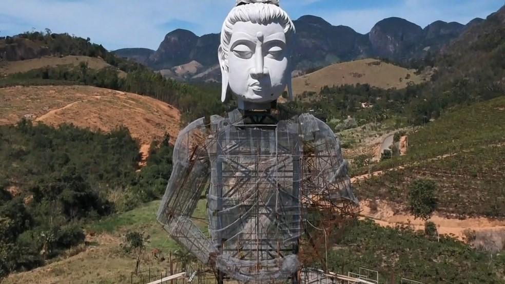 Estátua gigante de Buda mede 33 metros de altura em Ibiraçu, Norte do ES — Foto: Reprodução/TV Gazeta
