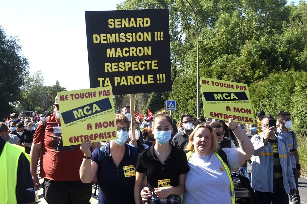 """Cartaz com os dizeres """"renúncia de Senard, Macron mantenha sua palavra"""", durante protesto neste sábado (30) contra a demissão de funcionários da Renault na França — Foto: FRANCOIS /AFP"""