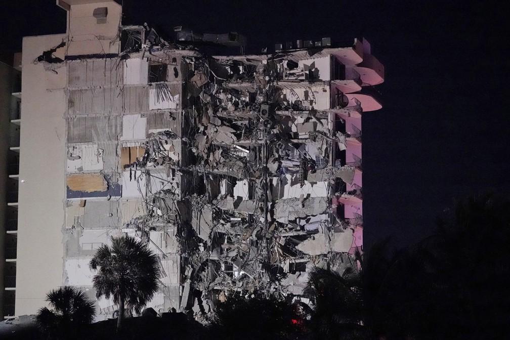 Prédio que desmoronou parcialmente na área de Surfside, em Miami, na Flórida, nos Estados Unidos, em 24 de junho de 2021 — Foto: Wilfredo Lee/AP