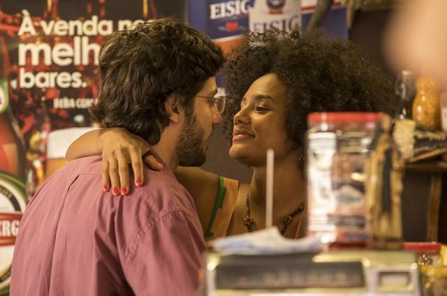 """Chay Suede e Jéssica Ellen gravam a cena de """"Amor de mãe"""" (Foto: Rede Globo / João Cotta)"""