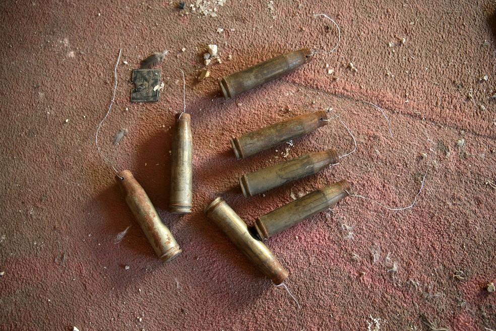 Projéteis encontrados por Akram em Douma, na Síria (Foto: Bassam Khabieh/Reuters)