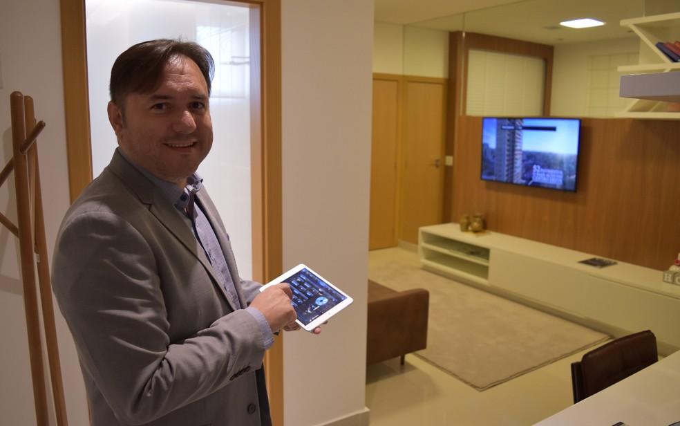 Gileno Oliveira mostra que é possível controlar ambientes a distância (Foto: Vitor Santana/G1)