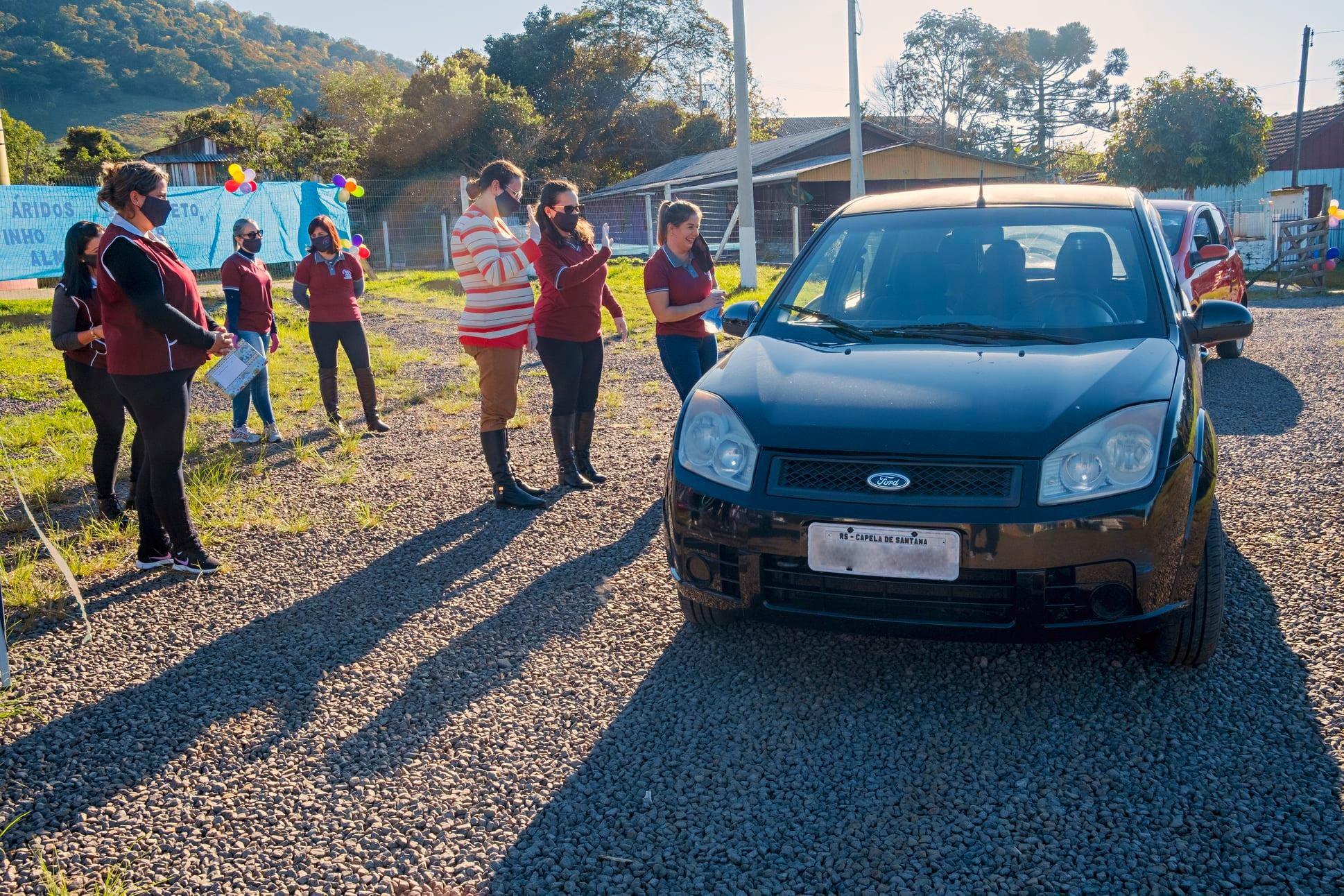 Escola de Capela de Santana promove encontro drive-thru entre professores e alunos
