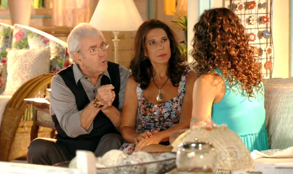Taís (Débora Nascimento) conta aos pais de Ester (Grazi Massafera) que Cassiano (Henri Castelli) pode estar vivo - 'Flor do Caribe' — Foto: Globo