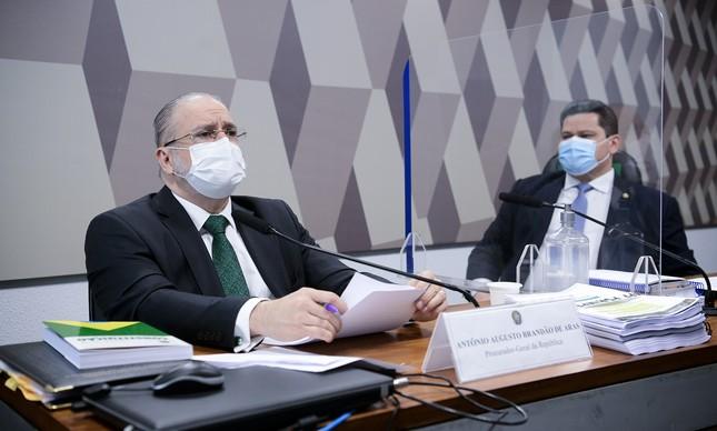 O procurador-geral da República, Augusto Aras, é observado pelo senador Davi Alcolumbre (DEM-AP) durante sabatina que selou recondução do PGR