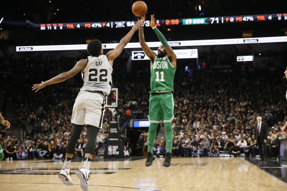 Por muito pouco Irving não livra os Celtics da derrota no tempo normal (Foto: Reuters)