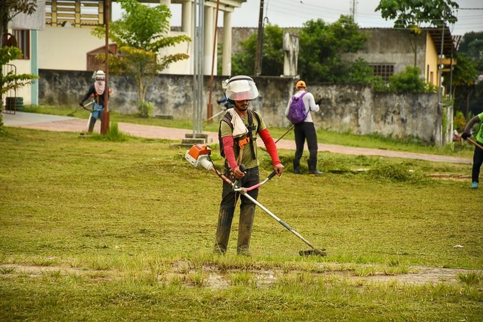 Ações de limpeza estão sendo feitas em bairros de Cruzeiro do Sul  — Foto: Mazinho Rogério/G1