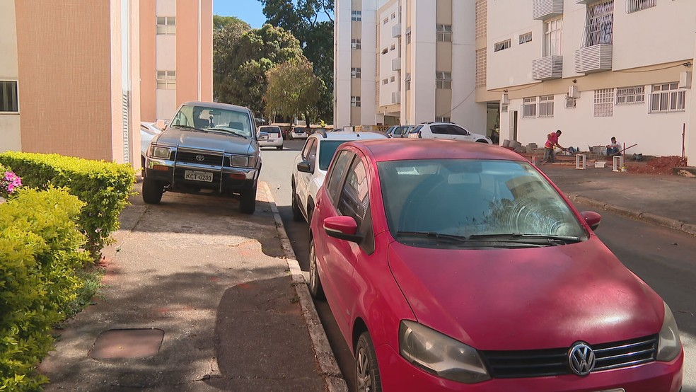 Veículos em estacionamento de quadra residencial do DF — Foto: TV Globo/Reprodução