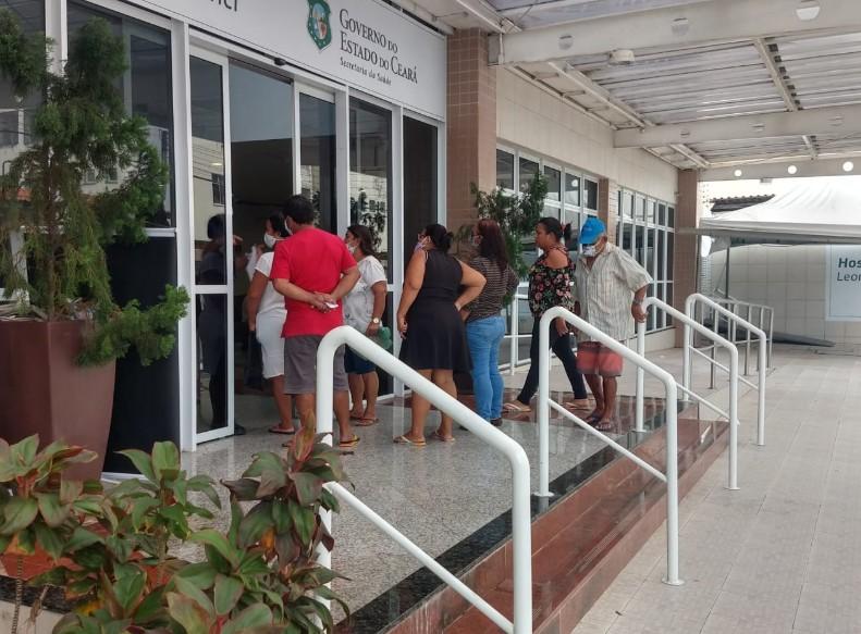 Movimentação de familiares em busca de informação sobre pacientes de Covid-19 é intensa em hospital de Fortaleza