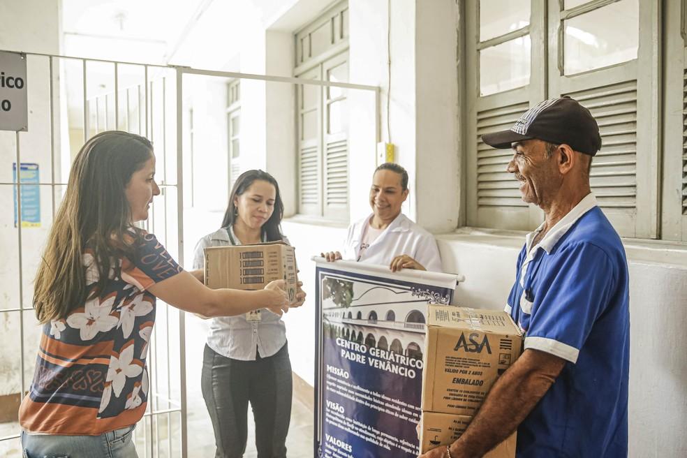 Doação de sabão amarelo no Recife — Foto: Andréa Rêgo Barros/PCR