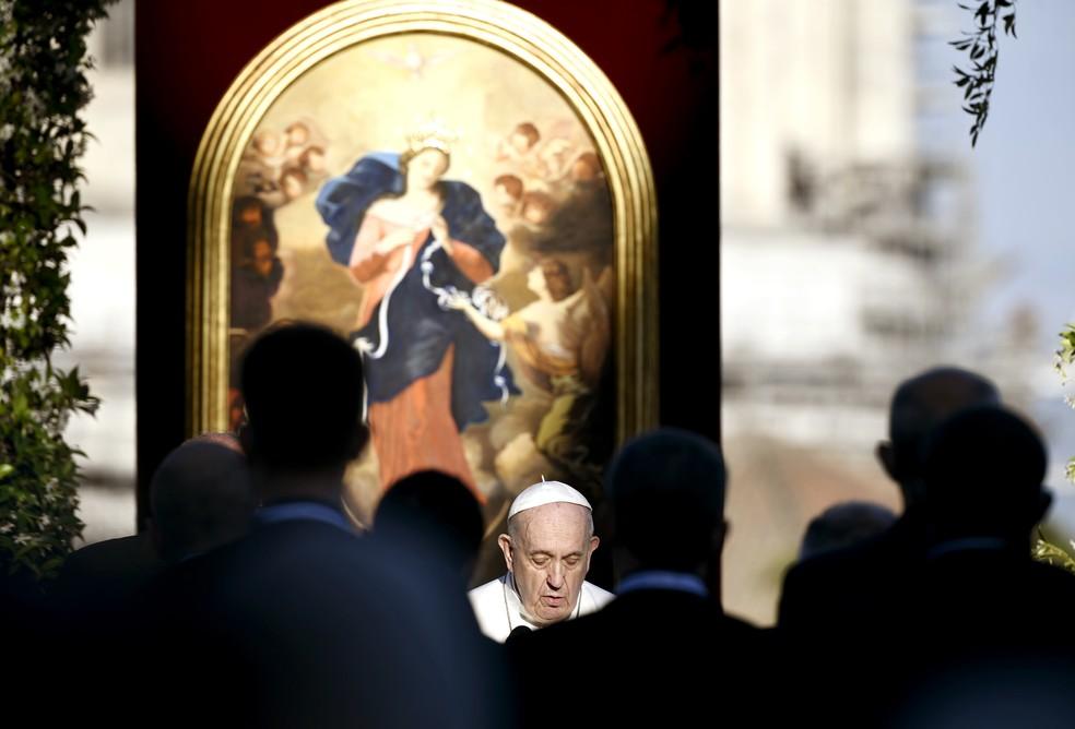 Papa Francisco lidera oração nos jardins do Vaticano em 31 de maio de 2021 — Foto: Filippo Monteforte/Pool via AP
