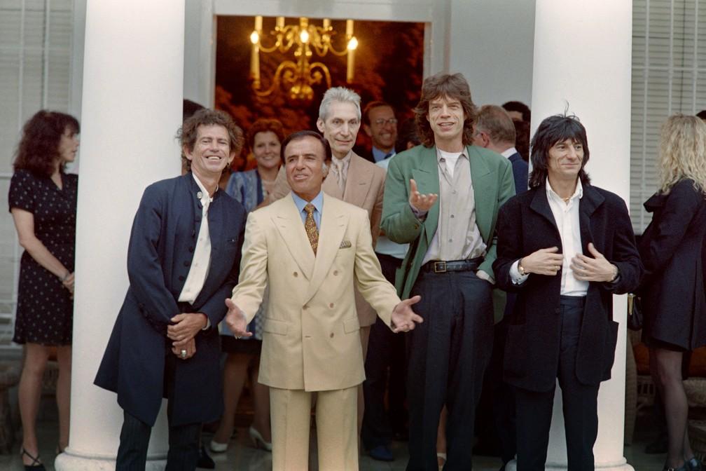 Carlos Menem recebe a banda Rolling Stones na Casa Rosada, em Buenos Aires, em fevereiro de 1995 — Foto: AFP/Daniel Luna