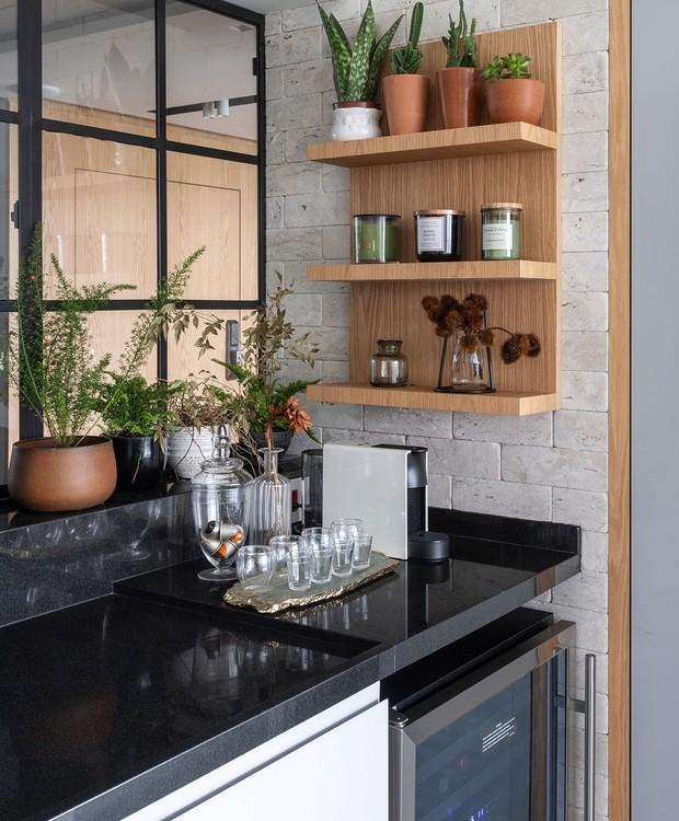 INTEGRAÇÃO | Mesmo que segregados, a área externa e a sala de jantar ficam conectados por uma janela de esquadrias (Foto: Maura Mello/ Divulgação)