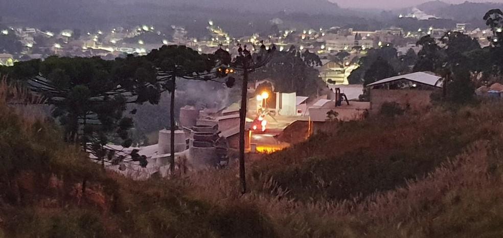 Fábrica de cal pegou fogo, em Colombo, nesta quarta-feira (20) — Foto: Victor Hugo Bittencourt/RPC