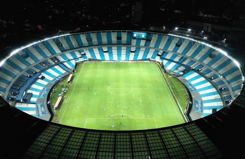 12 de março -  O estádio Presidente Peron é visto vazio durante partida da Copa Libertadores entre Alianza Lima e Racing em Buenos Aires, na Argentina. A partida foi disputada com portões fechados para a torcida para conter a transmissão do novo coronavírus Covid-19 — Foto: Gustavo Garello/AP