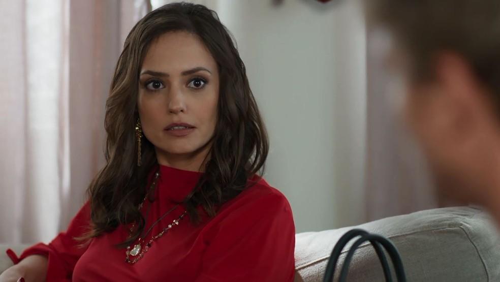 Lara (Rosanne Mulholland) fica chocada ao ver Filipe (Pedro Novaes) assumindo a culpa — Foto: Globo
