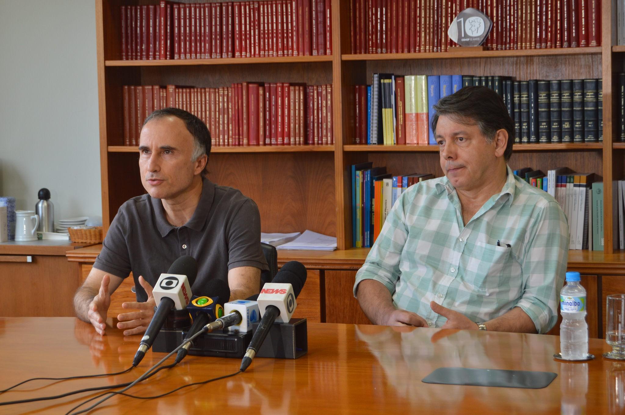 Cláudio Landim (à esquerda) e Marcelo Viana, diretor-geral do IMPA, durante a coletiva  (Foto: Divulgação/IMPA)