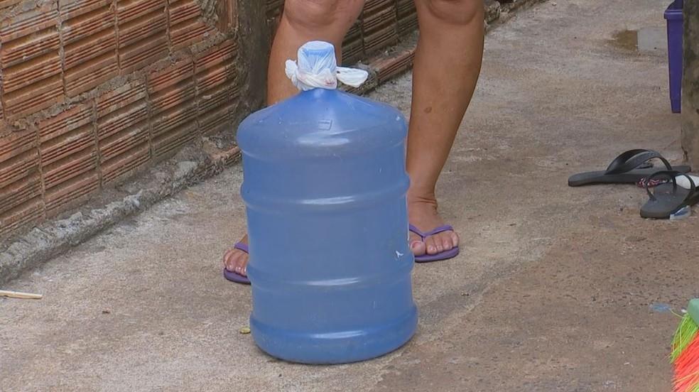 Para garantir água em Cosmorama (SP), moradora tem recolhido água da chuva em galão — Foto: Reprodução/TV TEM