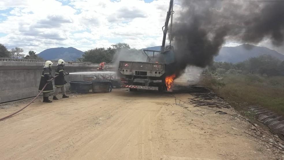 Caminhão pega fogo após encostar em fiação elétrica durante construção de ponte, em Acaraú. — Foto: Corpo de Bombeiros
