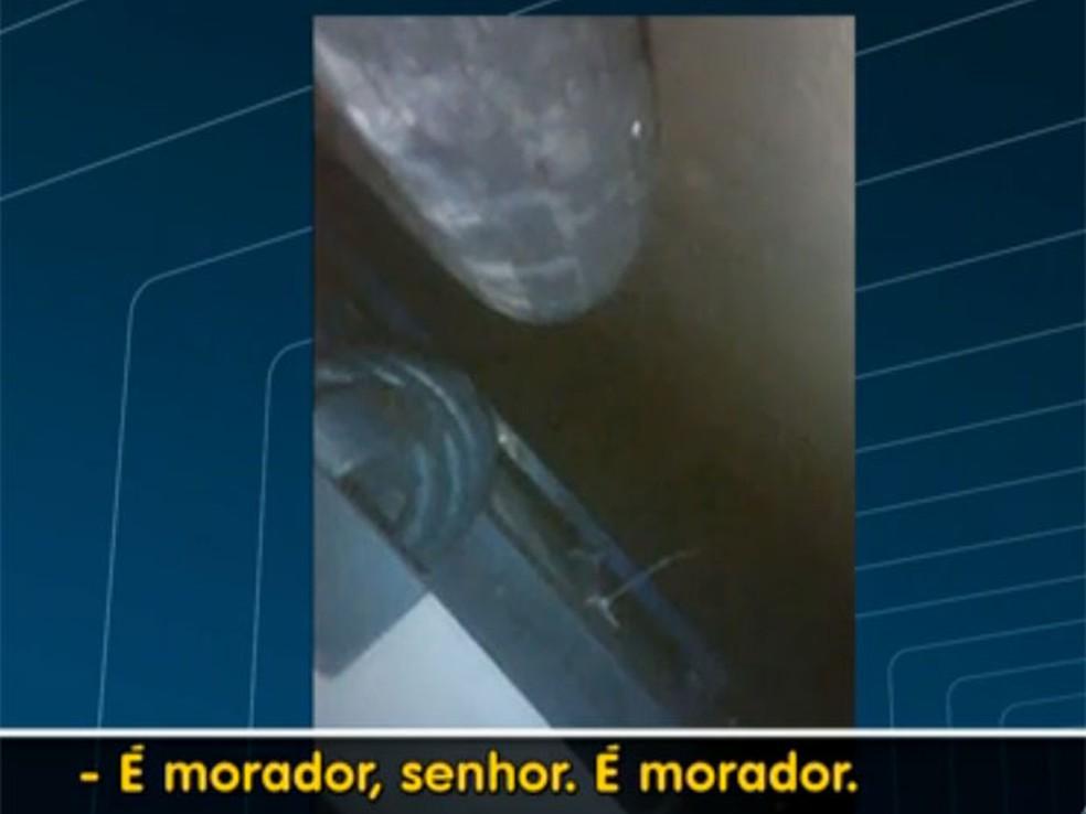 Imagens mostram agonia de rapazes e apelo de moradores. — Foto: Reprodução / TV Globo