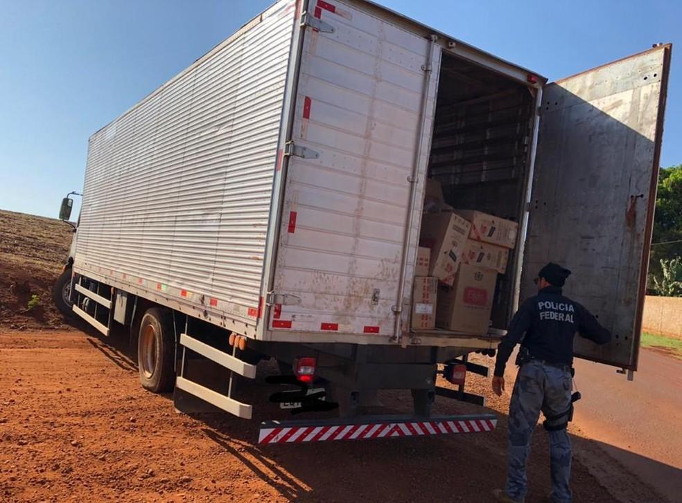 Caminhão foi abandonado pelos suspeitos com cerca de 700 caixas de cigarro, em Palotina. — Foto: Divulgação/PF