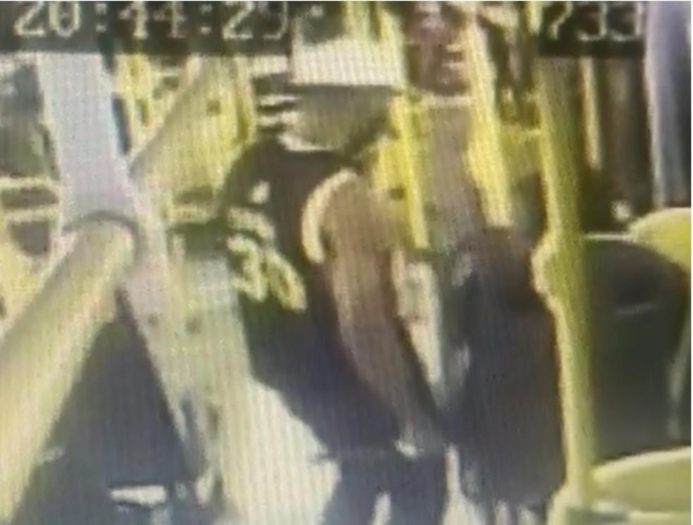 Armado com facão, homem aborda passageiro de ônibus e rouba mochila e celular, no Recife— Foto: Reprodução/WhatsApp