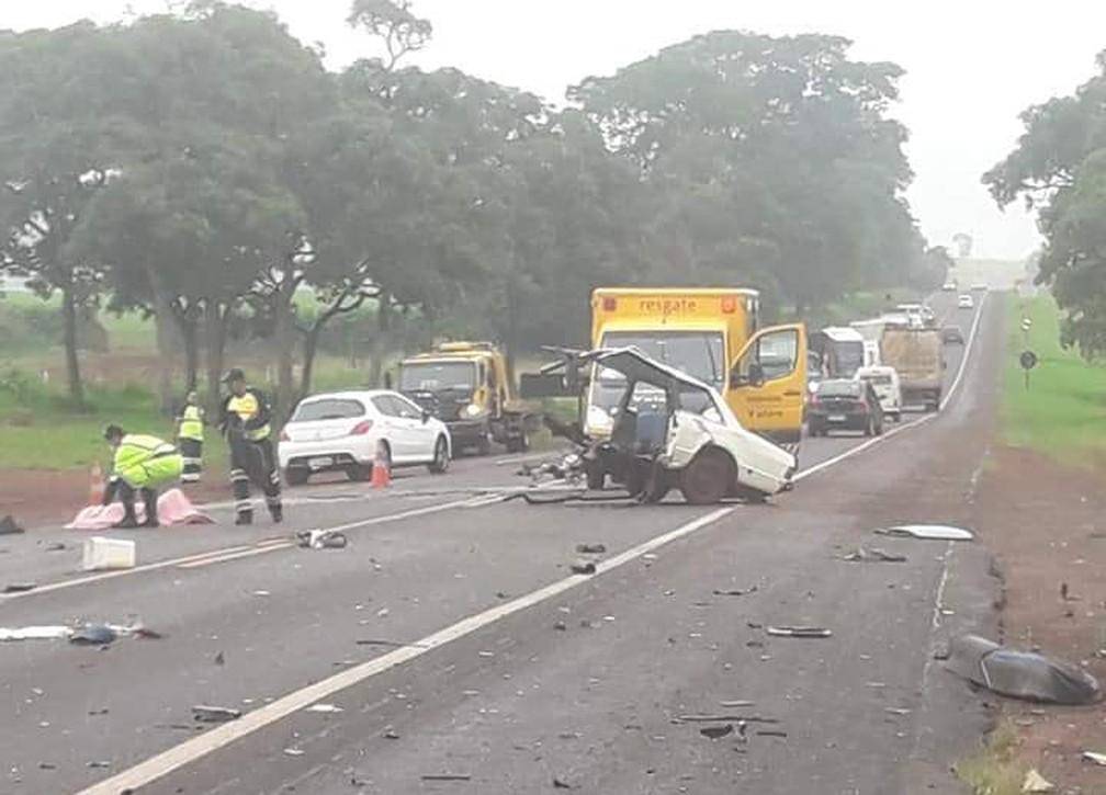 Carro envolvido em acidente se partiu ao meio com colisão na SP-215 em Santa Cruz das Palmeiras — Foto: Arquivo Pessoal