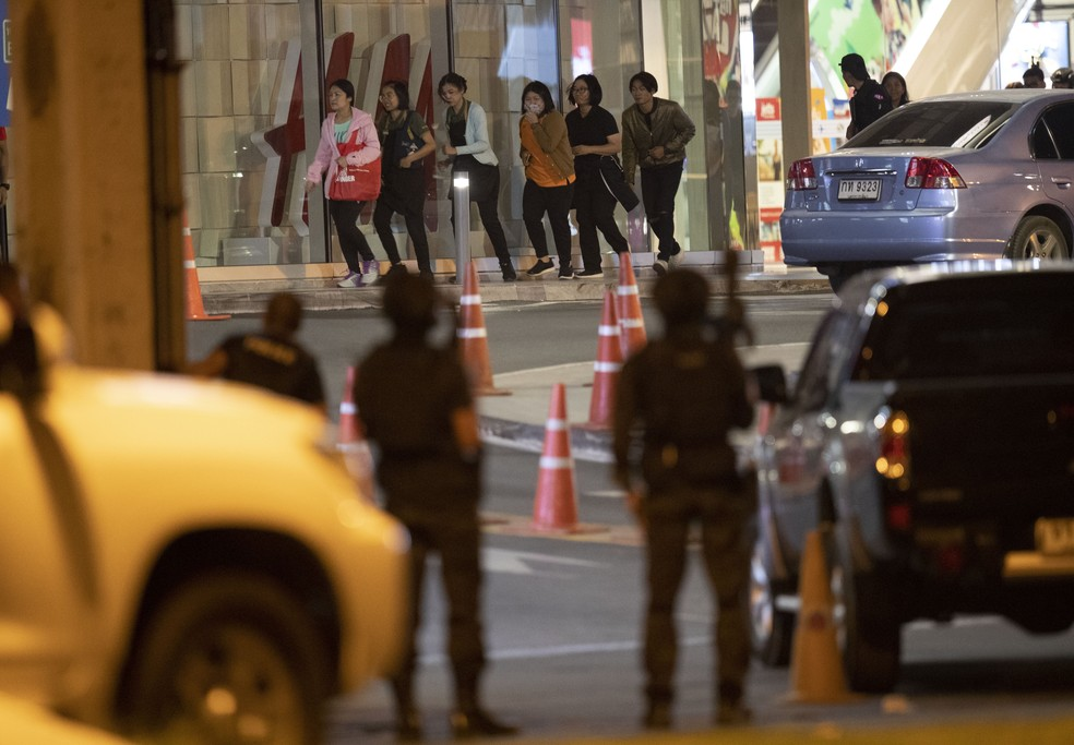 Pessoas deixam shopping correndo na Tailândia — Foto: Sakchai Lalitkanjanakul/AP