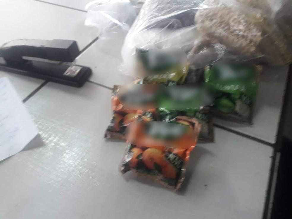 Ela levava cinco pacotes de suco artificial em pó que seriam entregues para um preso na cadeia de Cáceres (Foto: Joner Campos/Cáceres Notícias)