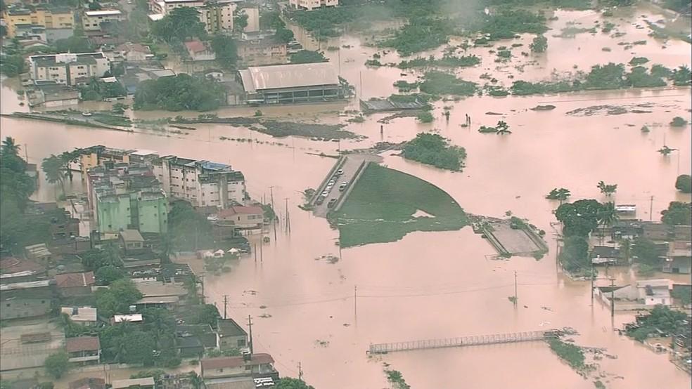 Imagem mostra a situação da cidade de Olinda na quarta-feira (24); diversos bairros ficaram alagados — Foto: Reprodução/TV Globo
