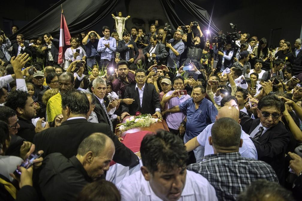 Chegada do caixão de García à sede do Apra, seu partido, em Lima, no dia 17. — Foto: Ernesto Benavides / AFP