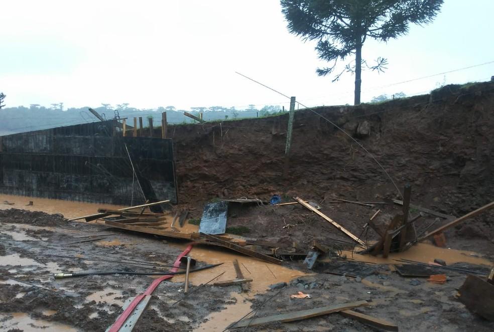 Segundo a Polícia Civil, homem morreu soterrado em Nova Prata, após deslizamento de terra causado pelo temporal — Foto: Polícia Civil/Divulgação