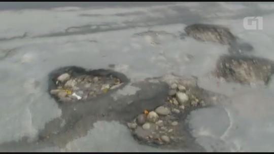 Avenida esburacada causa prejuízos a moradores de Mongaguá, SP