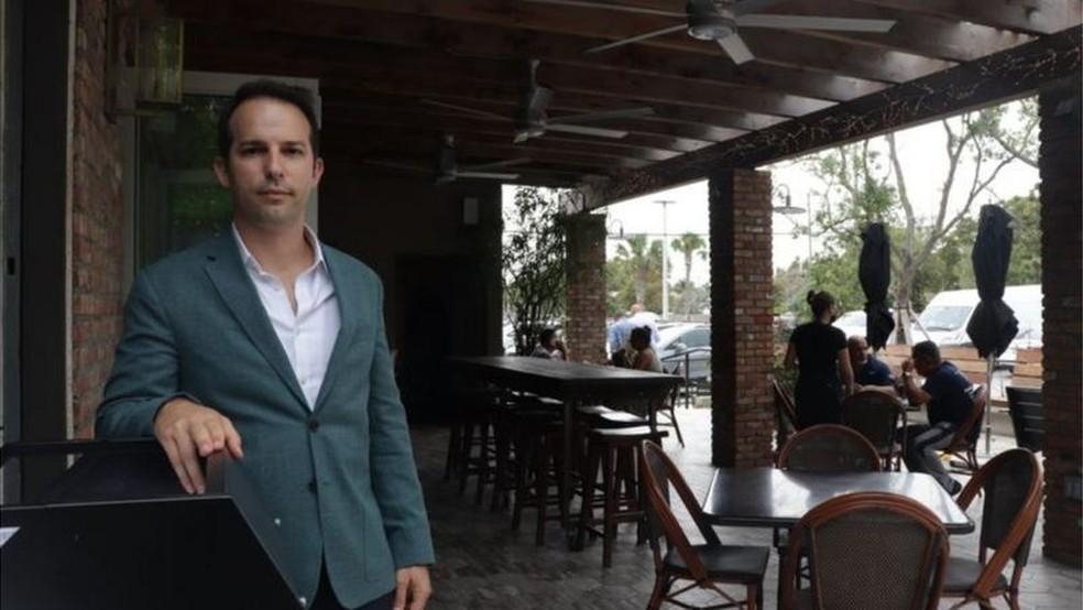 Carlos Gazitua conta que teve que fechar alguns restaurantes por falta de pessoal — Foto: BBC