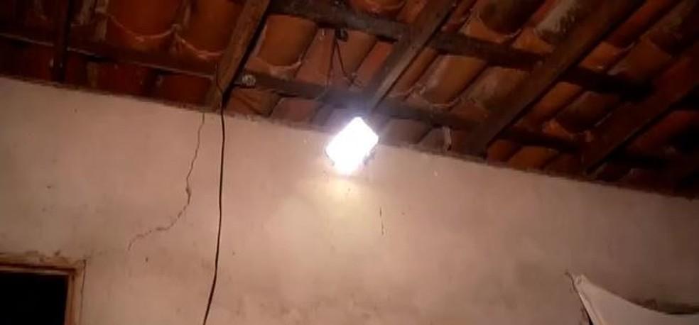 Com a eletricidade gerada pela placa solar artesanal, a casa de Maria Lúcia agora tem a primeira lâmpada. — Foto: Reprodução/ TV Verdes Mares