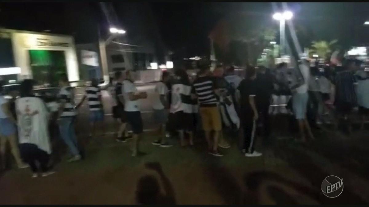 Torcedores hasteiam bandeira do Corinthians junto com a do Brasil em praça de Sumaré e Guarda é acionada; vídeo