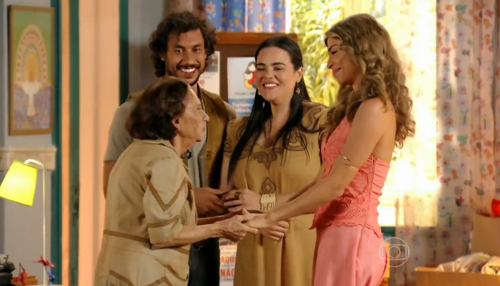 Ester (Grazi Massafera) agradece e aceita ajuda de Veridiana (Laura Cardoso) - 'Flor do Caribe' — Foto: Globo