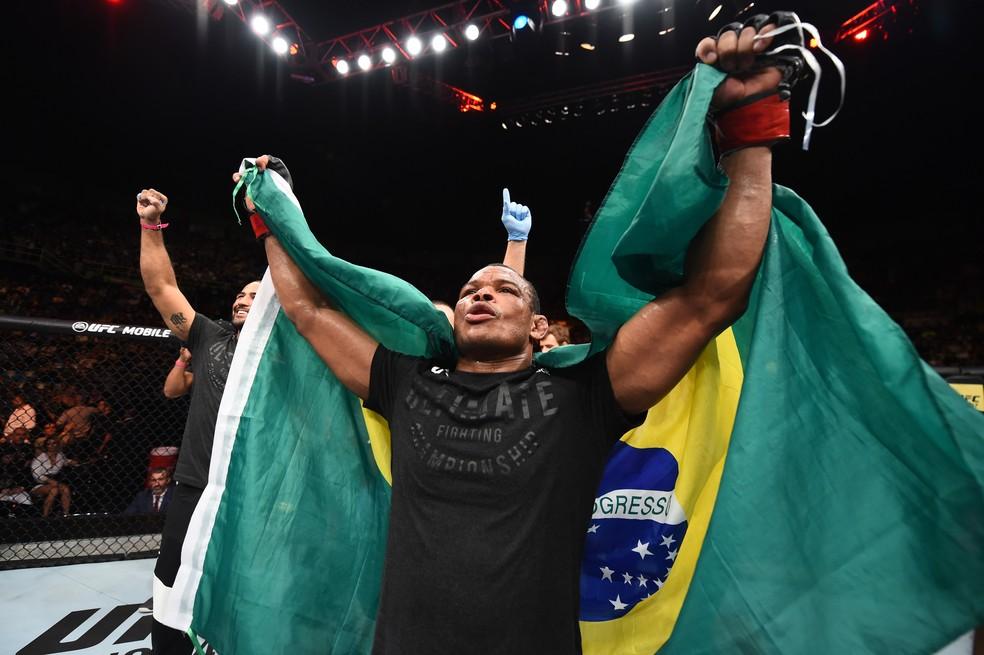 Francisco Massaranduba ergue a bandeira do Brasil após a vitória no UFC São Paulo (Foto: Getty Images)