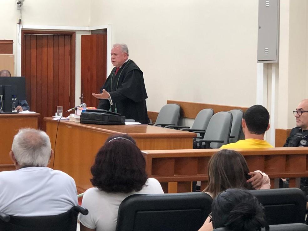 Defensor Público Paulo Henrique Lima durante debate em julgamento.  — Foto: TJ-RO/Divulgação