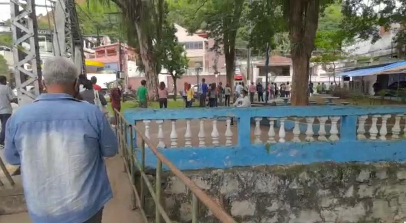 Sábado de vacinação contra a Covid-19 tem filas e reclamações em Barra do Piraí