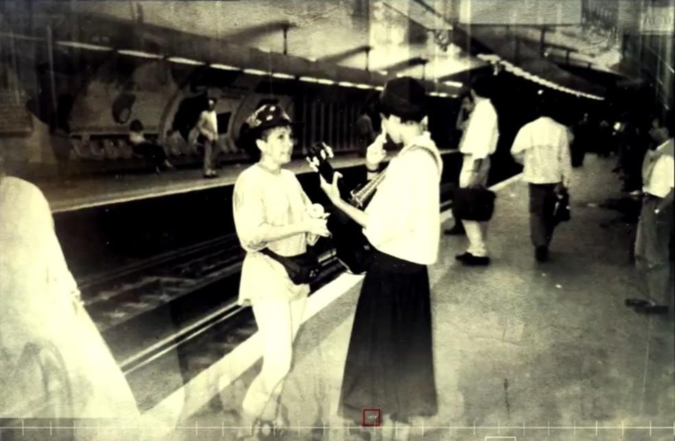 Áurea Catharina na época em que cantava nos trens de Paris — Foto: TV Globo