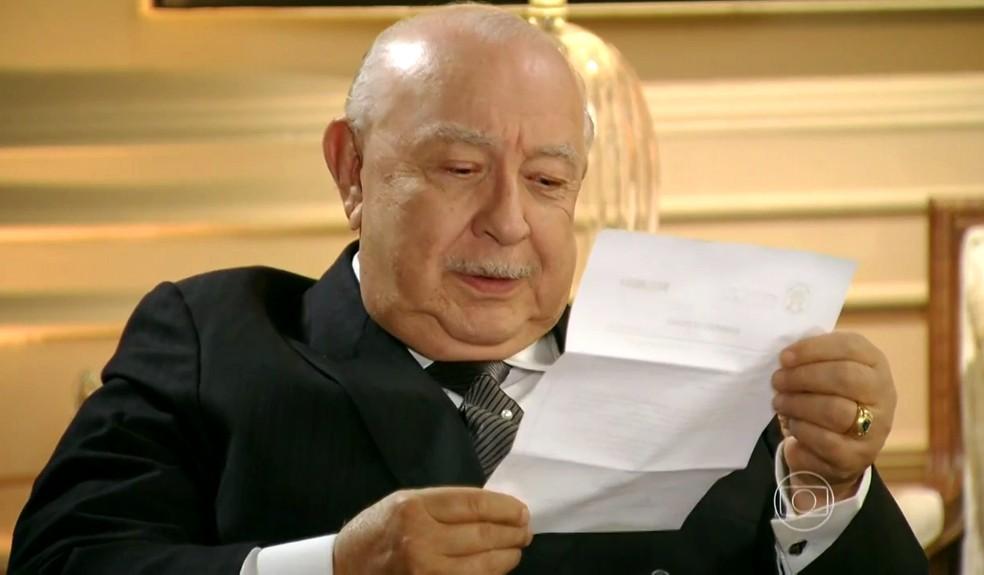 Dionísio (Sérgio Mamberti) recebe mandado de prisão dentro de sua casa - 'Flor do Caribe' — Foto: Globo