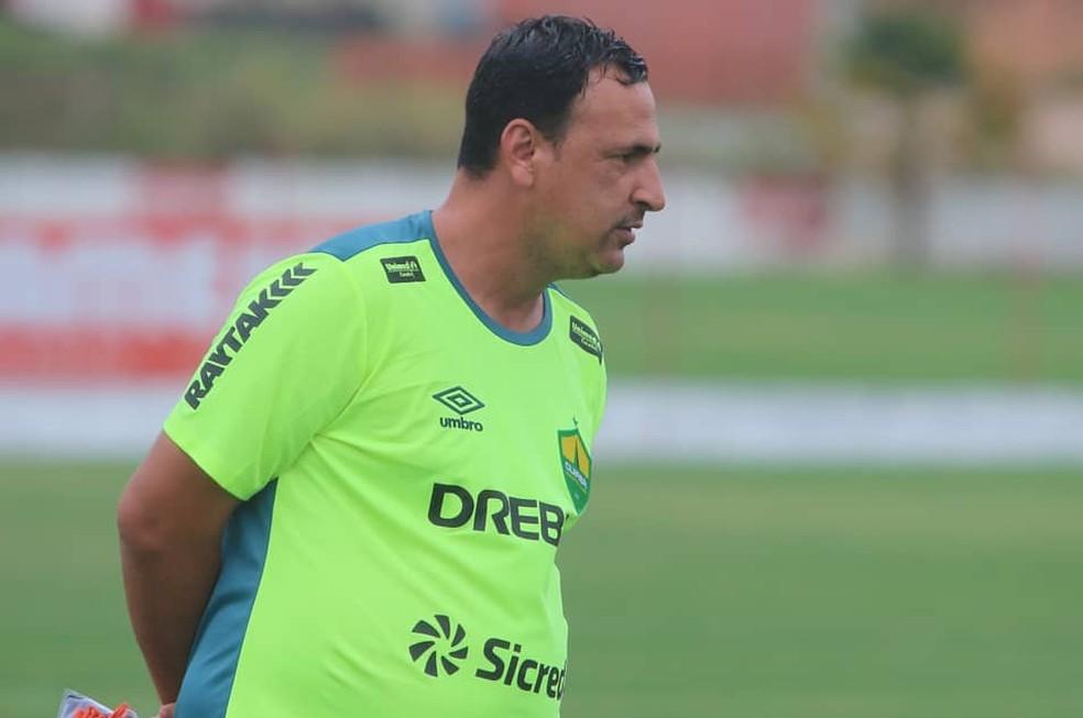 Eduardo Henrique, técnico da base, comanda o Cuiabá diante do Sport interinamente — Foto: AssCom Dourado