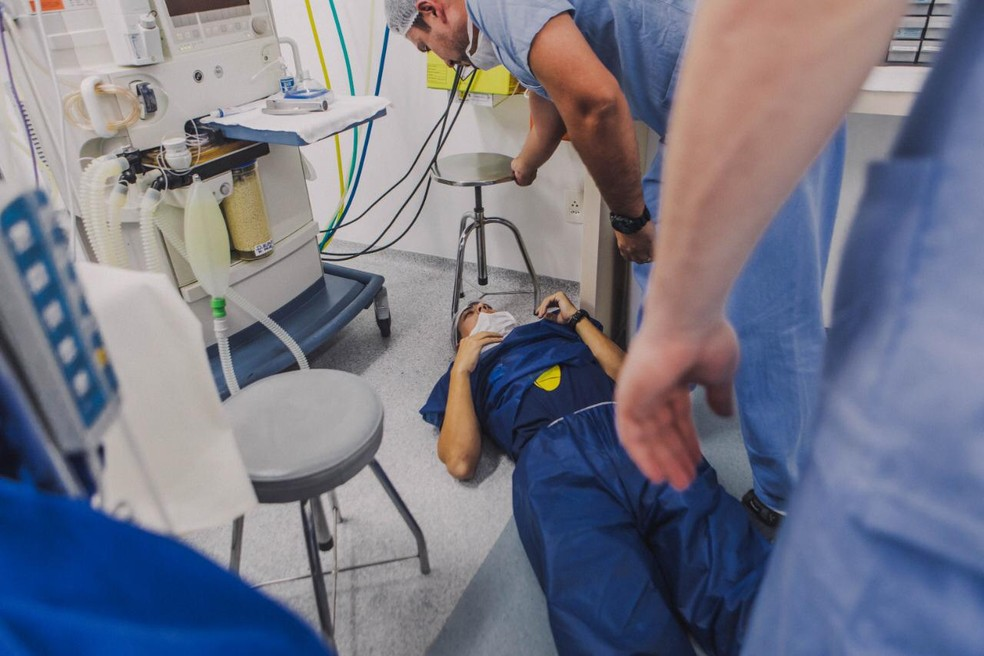 Pai desmaia após nascimento do filho em Balneário Camboriú — Foto: Bruna Costa/Divulgação