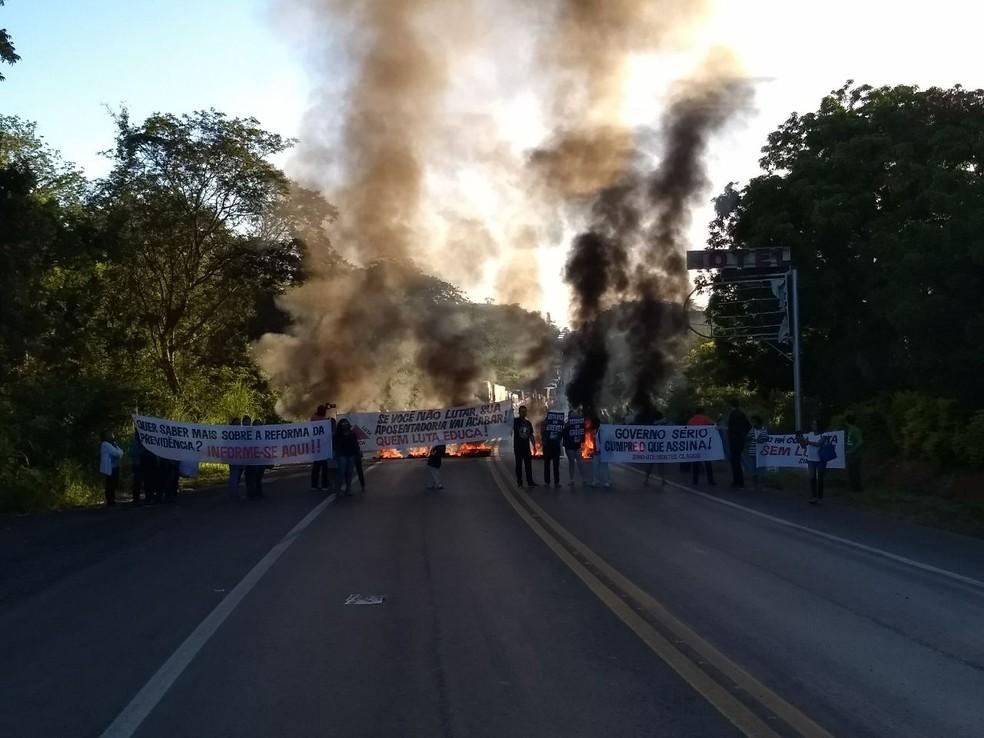 Servidores da Rede Estadual de Educação bloquearam a BR-251, em Montes Claros. (Foto: Alexandre Nobre/Inter Tv)