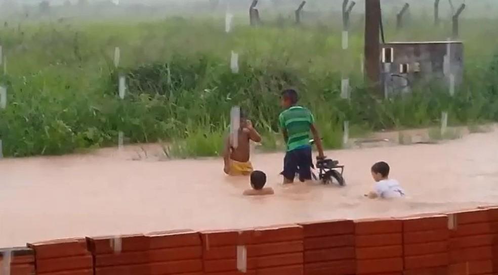 Cidade do Povo também registrou pontos de alagamentos e crianças brincaram na chuva — Foto: Gilberto Sampaio/Arquivo Pessoal