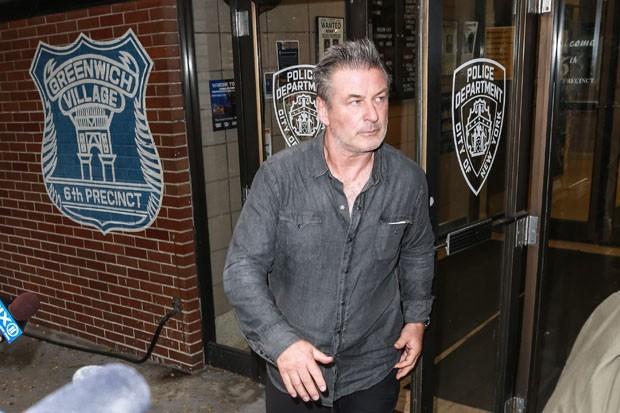 Alec Baldwin é visto saindo de delegacia após prisão (Foto: Backgrid)